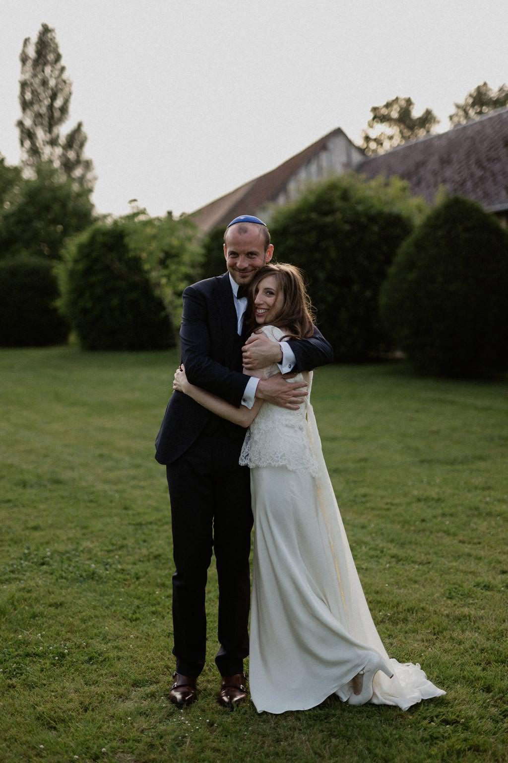 Les mariés s'enlacent pour la séance couple après la cérémonie