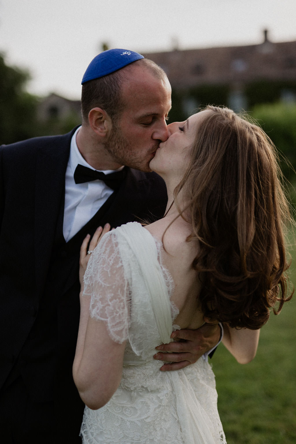 Le baiser des mariés dans la lumière dorée de la golden hour