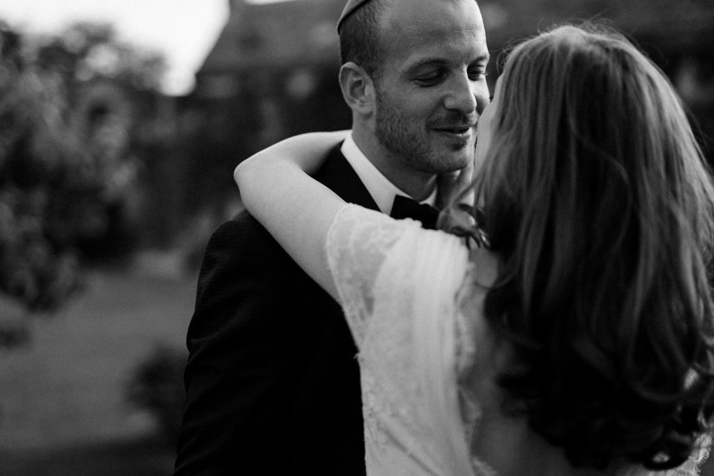 Le marié dans les bras de la mariée - Lika Banshoya Poetic Photography