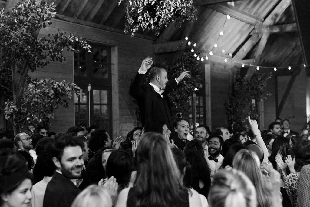 Porter le marié pendant la soirée