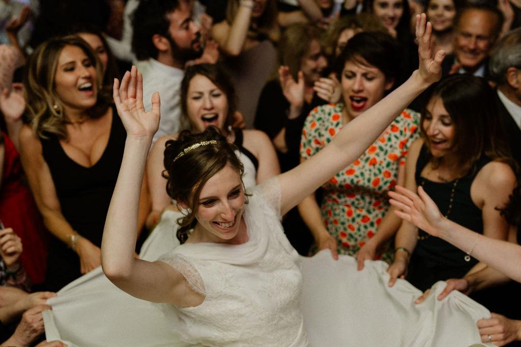 La mariée danse au milieu des filles
