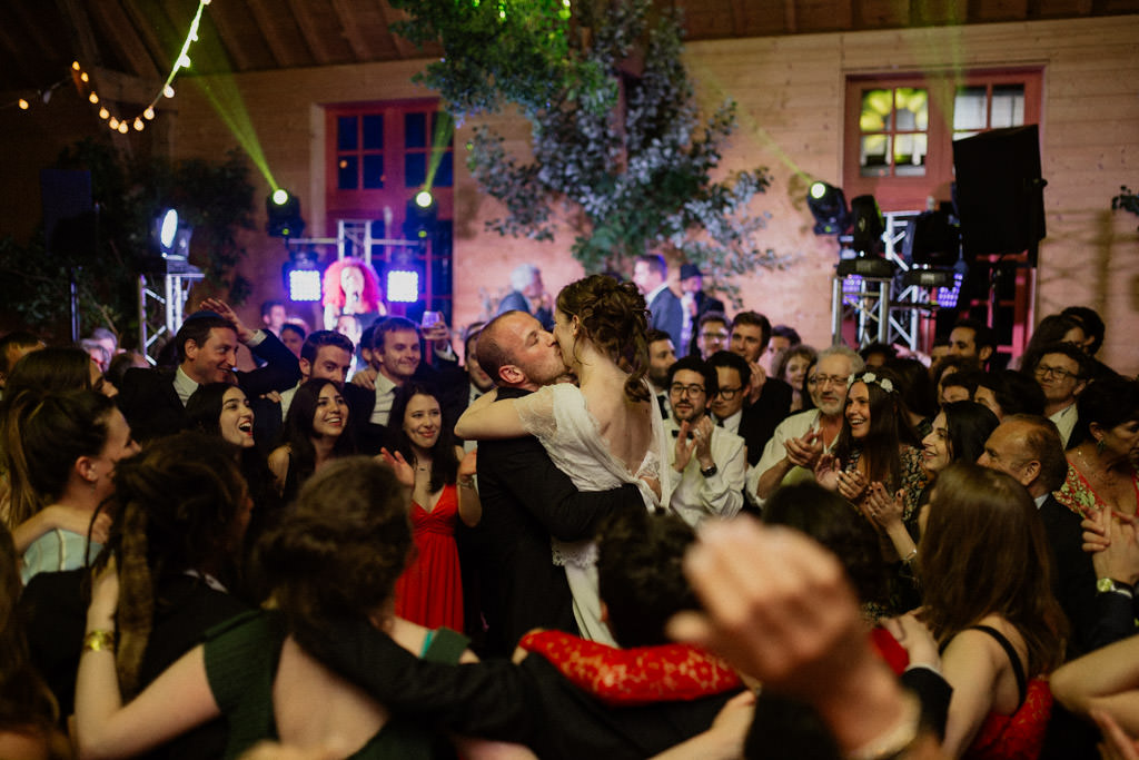 Le marié embrasse la mariée au milieu du dancefloor