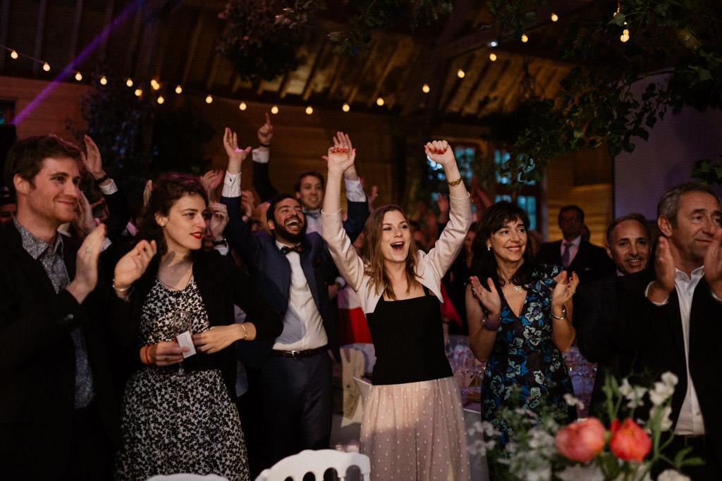 Les invités crient de joie sur le dancefloor