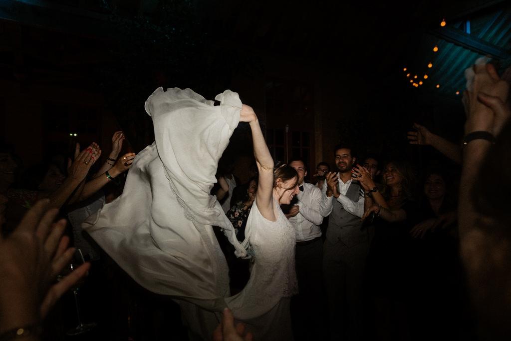 La mariée joue avec sa robe sur mesure Christian Lacroix sur le dancefloor