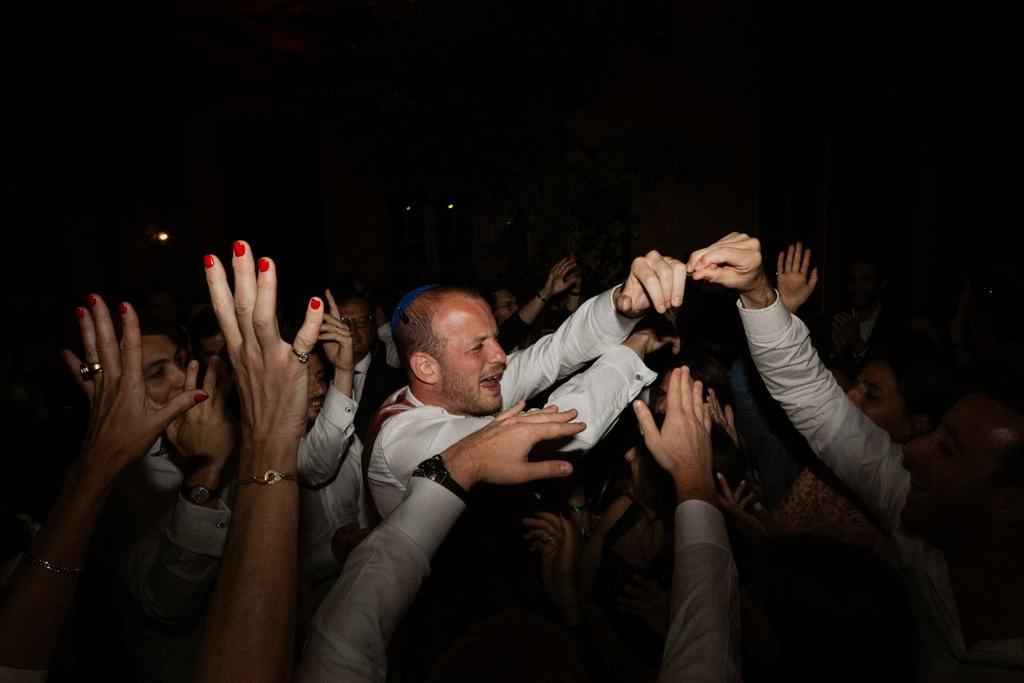 Le marié sur le dancefloor pour un mariage funky au Manoir des Prévanches