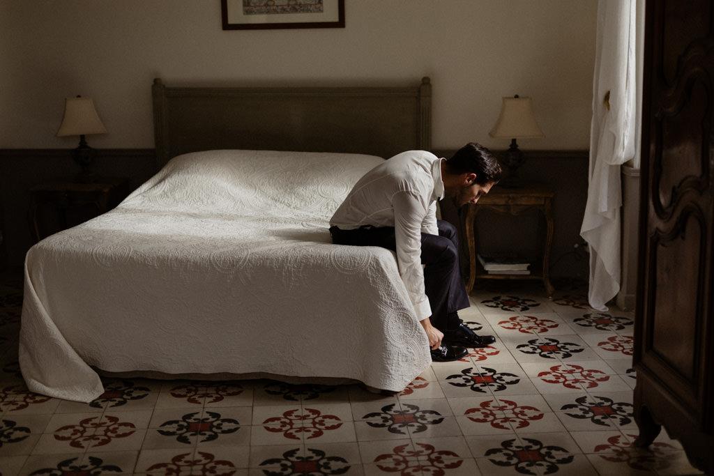 Le marié s'habille dans sa chambre du château d'Alphéran