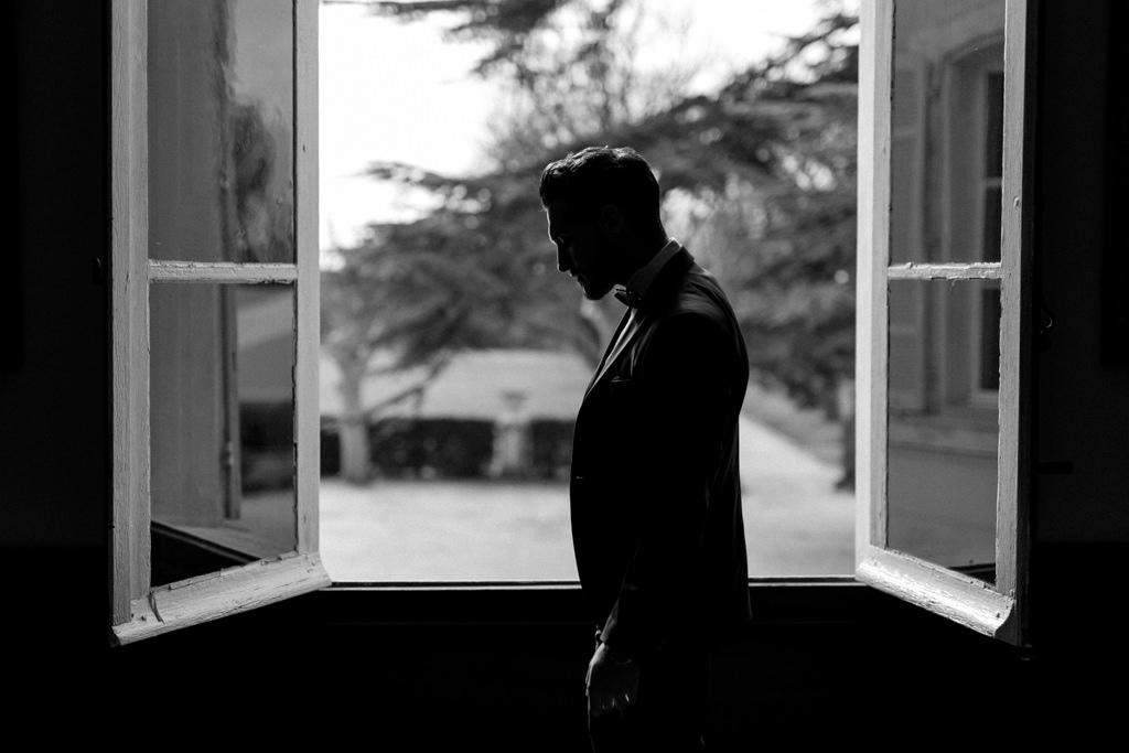 Portrait du marié par la photographe de mariage en Provence Lika Banshoya