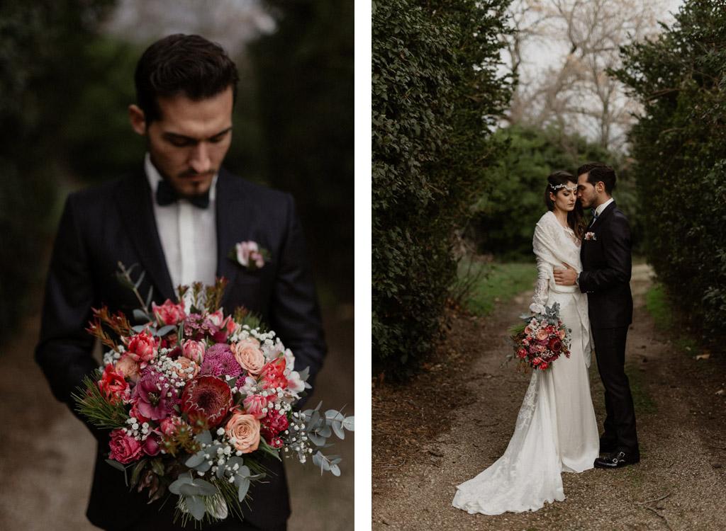 Le marié porte le bouquet de la mariée et les mariés s'enlacent