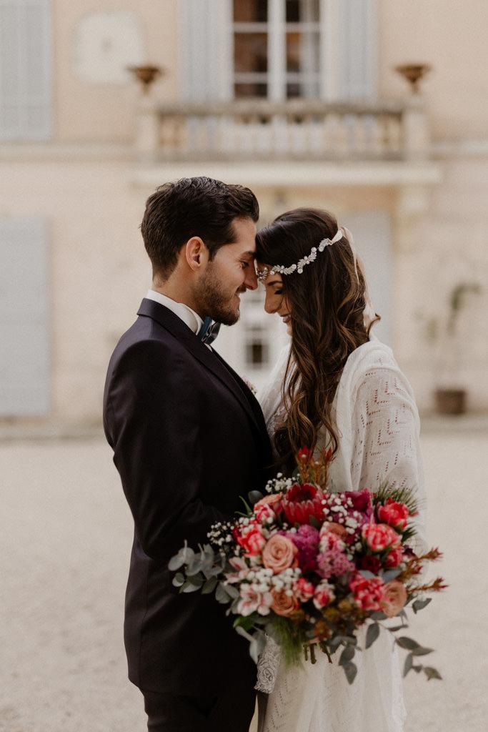 Les mariés devant la façade du château d'Alphéran dans le sud de la France
