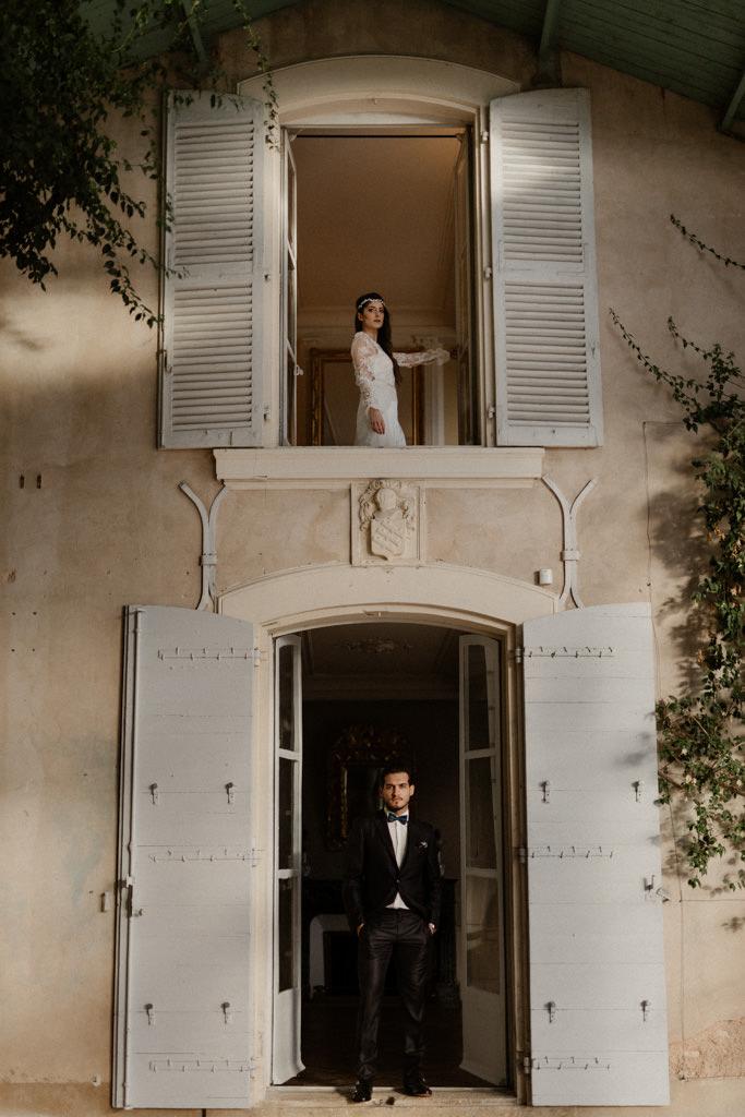 Les mariés dans l'orangerie du château d'Alphéran