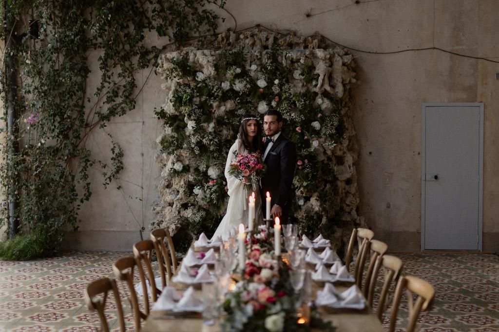 Les mariés devant la table de réception décorée par Justine de chez encre d'or, wedding planner en Provence