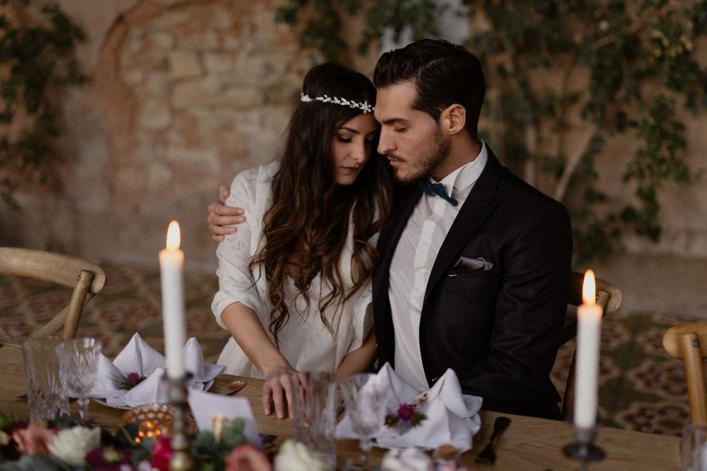 Les mariés à leur table de réception pour leur mariage d'hiver