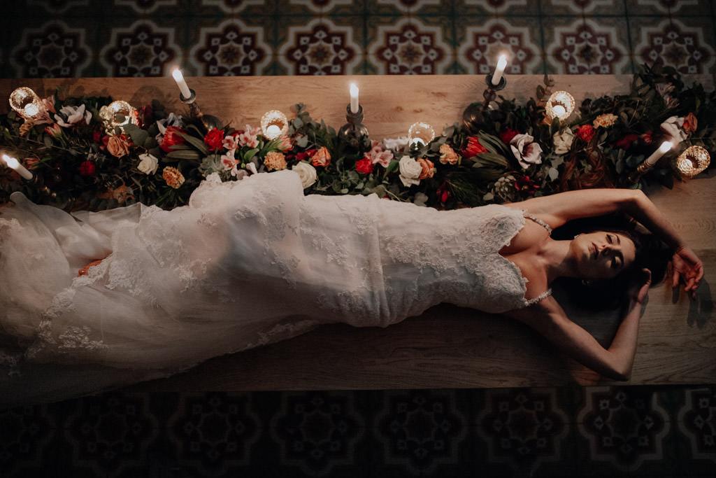 La mariée sur la table de réception du mariage