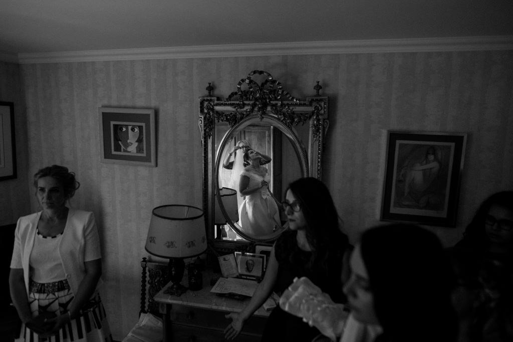 La mariée met son voile pendant ses préparatifs - Mariage Moulin Sainte Agnès