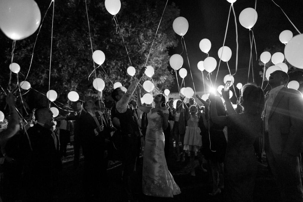 Le lâcher de ballons pendant la soirée de mariage à Chartres