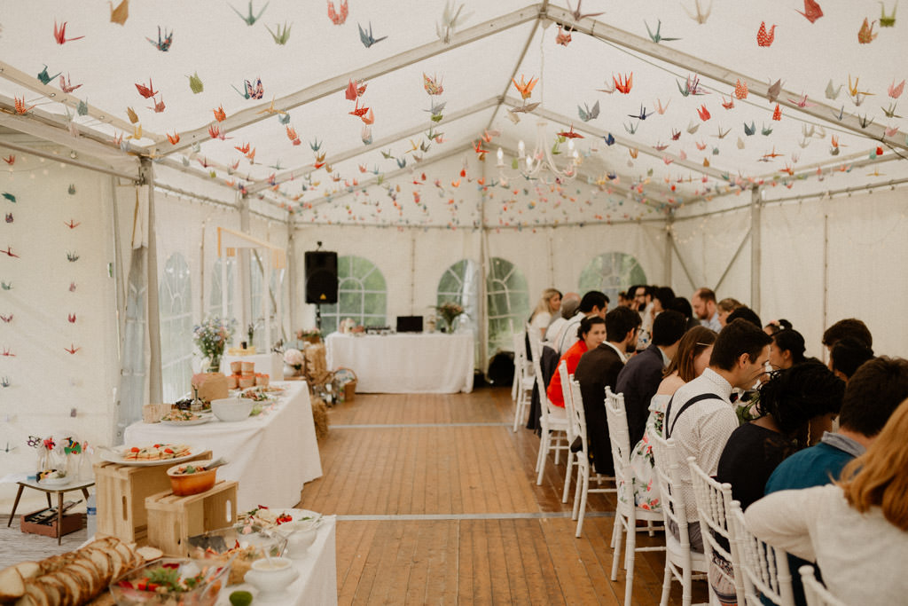 La tente de réception décorée avec les grues en papier