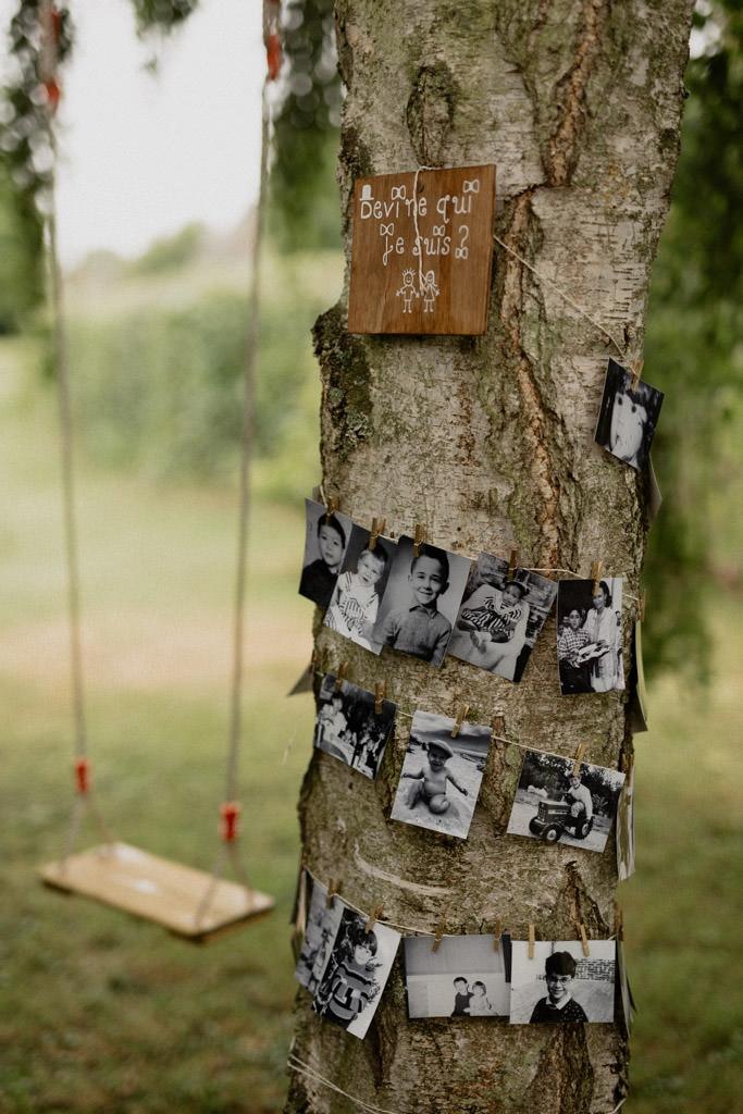 Sous les arbres du jardin des photos des invités enfant, une bonne idée pour un mariage