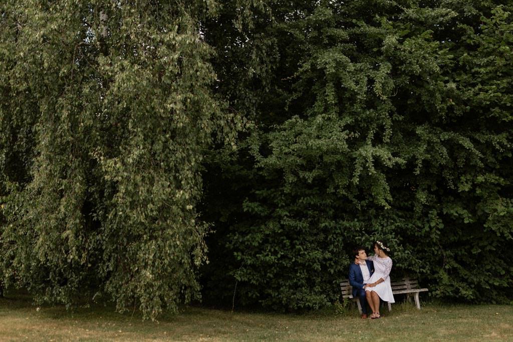 Les amoureux dans le jardin des parents de M