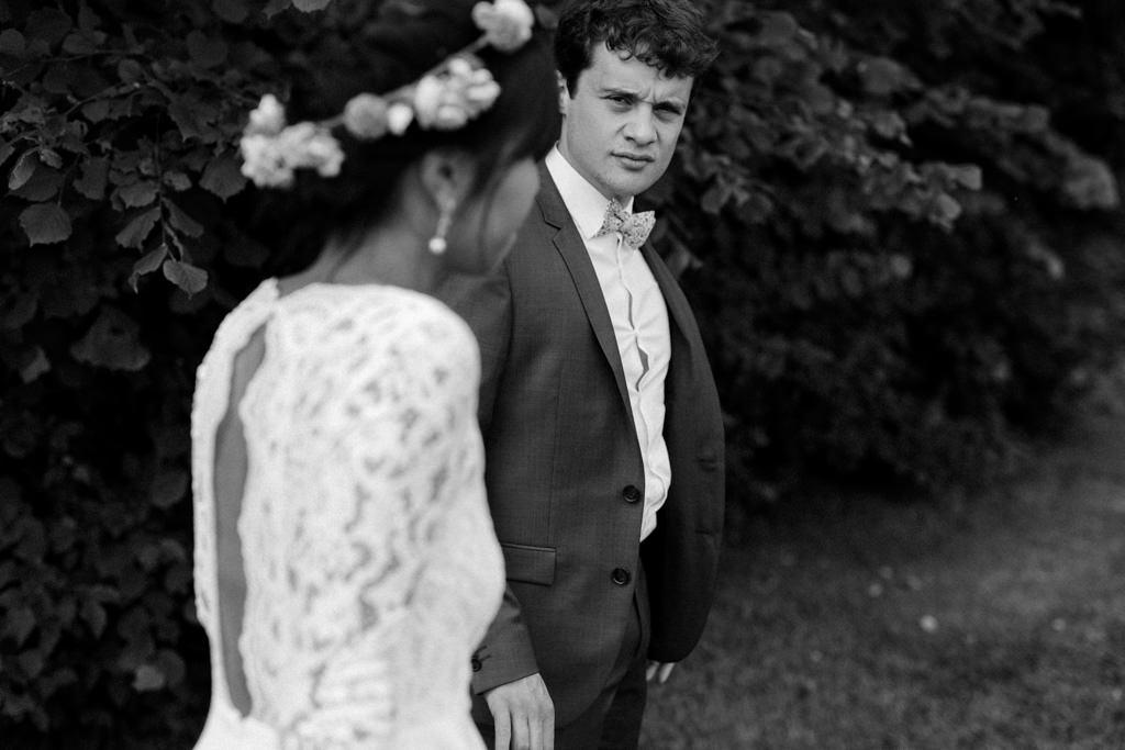 Le marié mène sa femme par la main