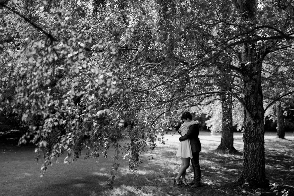 Le calin des amoureux sous les arbres