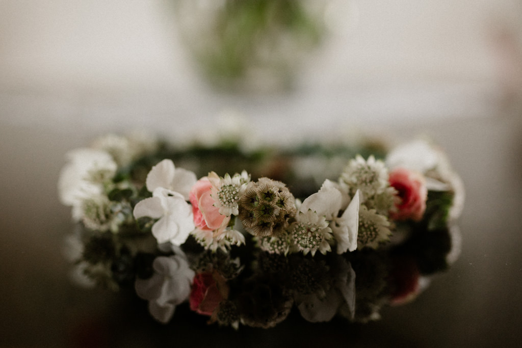 La couronne de fleurs de mariée