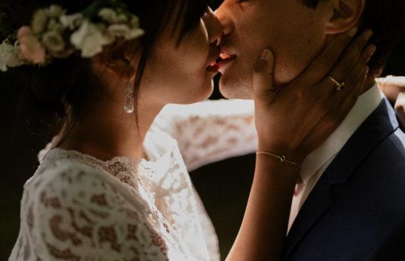 Le baiser des amoureux le jour de leur PACS garden party