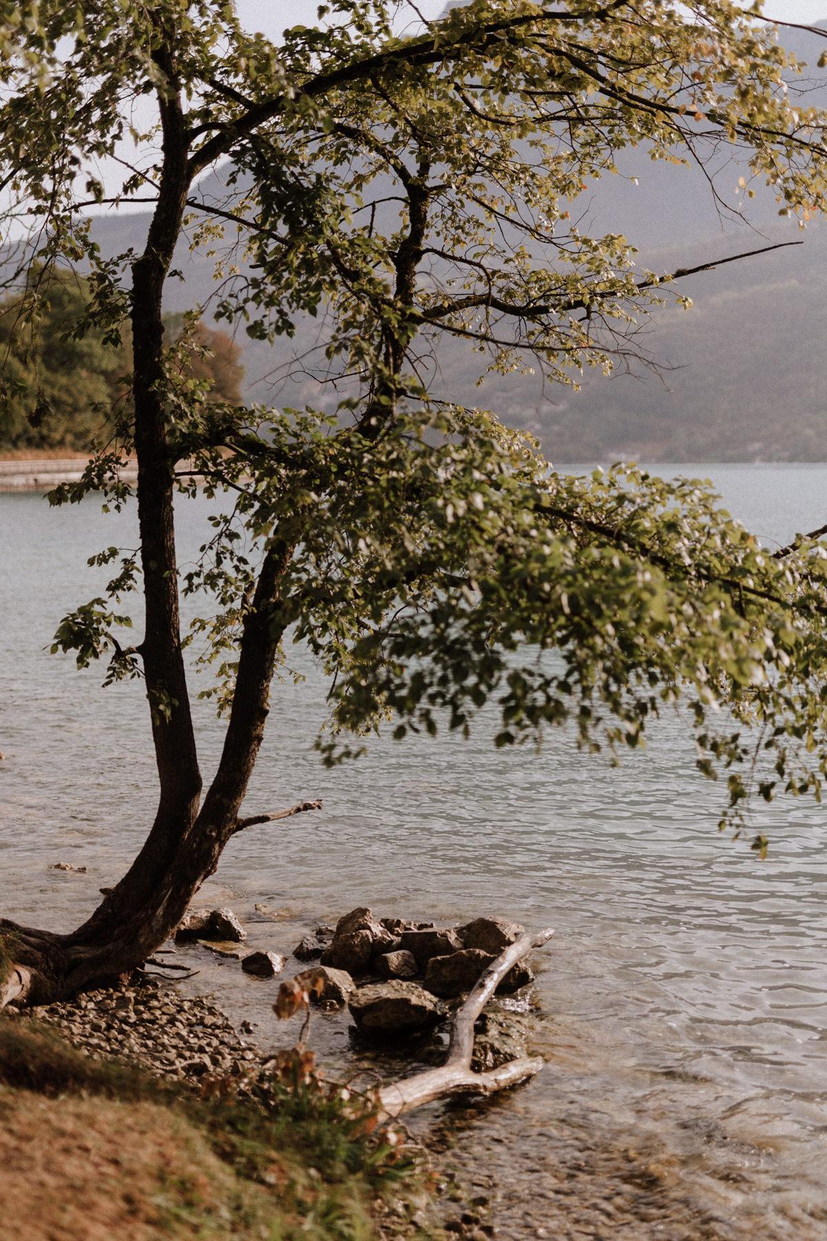 Une séance engamenent en montagne au bord du lac d'Annecy